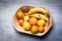 Красочный ассортимент плодоовощ в деревянном шаре на голубом деревянном столе Стоковые Изображения RF