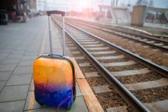 Красочный багаж около железной дороги железнодорожный вокзал Стоковые Изображения RF