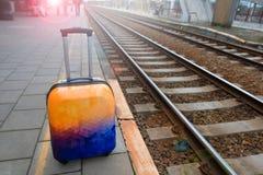 Красочный багаж около железной дороги железнодорожный вокзал подготавливайте для того чтобы переместить Стоковая Фотография