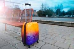Красочный багаж около железной дороги железнодорожный вокзал подготавливайте для того чтобы переместить Стоковые Изображения