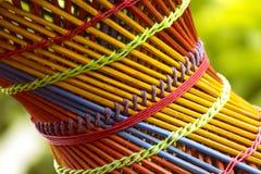 Красочный бамбуковый конец деревянной табуретки вверх с запачканной зеленой предпосылкой стоковое изображение