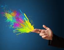 Красочный брызгает приходите из рук сформированных оружием Стоковое Изображение RF