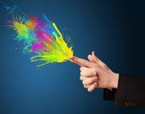 Красочный брызгает приходите из рук сформированных оружием Стоковое фото RF