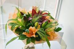 Красочный букет лилий в оранжевом масштабе стоковые фото