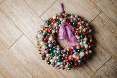 Красочный венок украшения рождества сделанный шариков и украшенный с фиолетовым смычком Стоковые Изображения