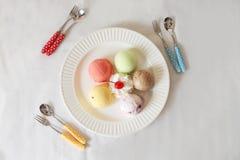 Красочный ветроуловитель мороженого на белой предпосылке белизны плиты Стоковая Фотография RF