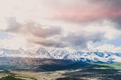 Красочный взгляд пиков снега горы стоковые фотографии rf
