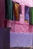 Красочный взгляд улицы с одеждами засыхания Стоковые Фото
