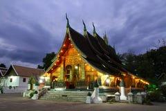 Красочный висок ремня Wat Xieng на сумраке в Luang Prabang, Loas Стоковое Изображение