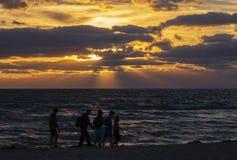 Красочный восход солнца на пляже стоковое фото rf