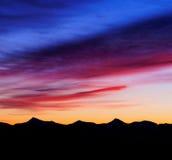 Красочный восход солнца над горной цепью Стоковое фото RF