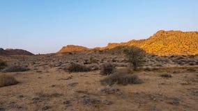 Красочный восход солнца над пустыней Namib, Aus, Намибия, Африка Ясное небо, накаляя утесы и холмы, видео промежутка времени акции видеоматериалы