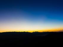Красочный восход солнца над холмами горы, восход солнца в горах, ландшафт восхода солнца Стоковые Изображения RF