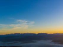 Красочный восход солнца над холмами горы, восход солнца в горах, ландшафт восхода солнца Стоковое фото RF