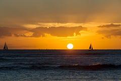 Красочный гаваиский заход солнца над Тихим океаном стоковые фотографии rf
