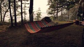 Красочный гамак перемещения для ослаблять в деревьях отдыхе и праздниках видеоматериал