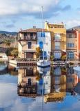 Красочный город на воде, порт Grimaud, ` Azur CÃ'te d, франк Стоковые Изображения RF