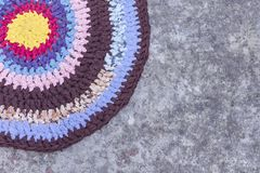 Красочный домодельный коврик у входной двери снаружи на том основании стоковое фото