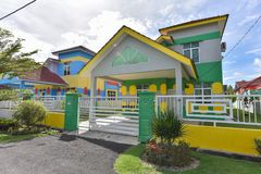 Красочный дом, фиолетовый цвет деревянного дома Стоковые Изображения RF