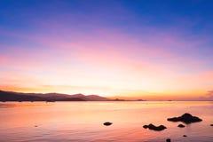 Красочный драматических захода солнца и восхода солнца с twilight оранжевым солнцем Стоковая Фотография