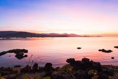 Красочный драматических захода солнца и восхода солнца с twilight оранжевым солнцем Стоковое Фото