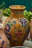 Красочный декоративный кувшин украшенный с цветками Стоковое Изображение RF
