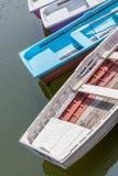 Красочный деревянный анкер rowboats на пристани Стоковое Фото