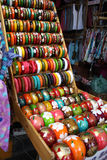 Красочный деревянный браслет на полке Стоковые Фото