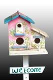 Красочный деревянный дом птицы с отверстием на белой предпосылке Стоковые Фото