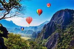 Красочный летать использующих горячих воздух воздушных шаров Стоковые Изображения