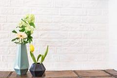 Красочный желтый интерьер дома украшения пасхи цветка тюльпана Стоковая Фотография