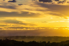 Красочный желтый восход солнца, облака захода солнца и лучи солнца Стоковое фото RF