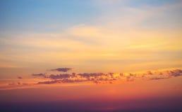 Красочный желтый восход солнца, облака захода солнца и лучи солнца Стоковая Фотография