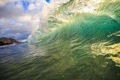 Красочный занимаясь серфингом Lit волны с солнечным светом в Оаху Гаваи США Стоковое Фото