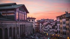 Красочный заход солнца за централью Mercado Флоренс, Италии стоковое изображение
