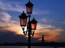 Красочный заход солнца над колокольней в Венеции в Италии стоковое фото rf
