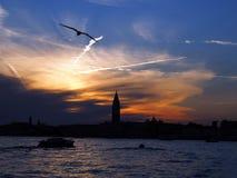 Красочный заход солнца над колокольней в Венеции в Италии стоковая фотография