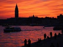 Красочный заход солнца над колокольней в Венеции в Италии стоковые фото