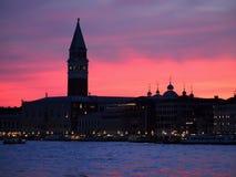 Красочный заход солнца над колокольней в Венеции в Италии стоковые изображения