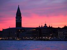 Красочный заход солнца над колокольней в Венеции в Италии стоковые фотографии rf