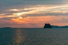 красочный заход солнца на пляже в Таиланде стоковые изображения