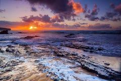 Красочный заход солнца на пляже Amoreira около городка Aljesur, Португалии Стоковая Фотография RF