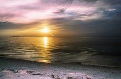 Красочный заход солнца на пляжном комплексе острова Мальдивов Стоковая Фотография RF