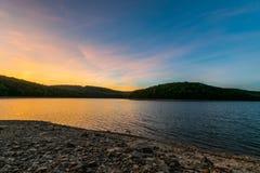 Красочный заход солнца отражая в длинном резервуаре сосны в Michaux Sta стоковое фото rf