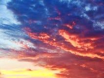 Красочный заход солнца с облаками стоковые фотографии rf
