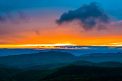 Красочный заход солнца весны над горами голубого Риджа, увиденными от Стоковые Фото