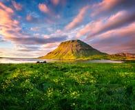 Красочный заход солнца лета с горой Kirkjufell в Grundarfjordu стоковая фотография rf
