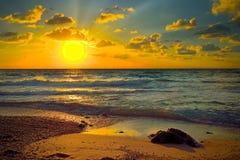 Красочный заход солнца над морем Стоковые Фотографии RF
