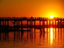Красочный заход солнца на мосте u Bein, Amarapura, Мьянме Стоковая Фотография RF
