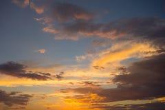 Красочный заход солнца над пустыней Стоковые Изображения